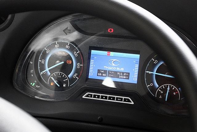 Màn hình hiển thị với logo của Trường Hải, phân khúc xe thương mại. Bảng đồng hồ này kết hợp giữa màn hình LCD và đồng hồ dạng kim truyền thống. Do đây mới là phiên bản thử nghiệm nên một số đèn báo vẫn hiển thị trong quá trình vận hành.