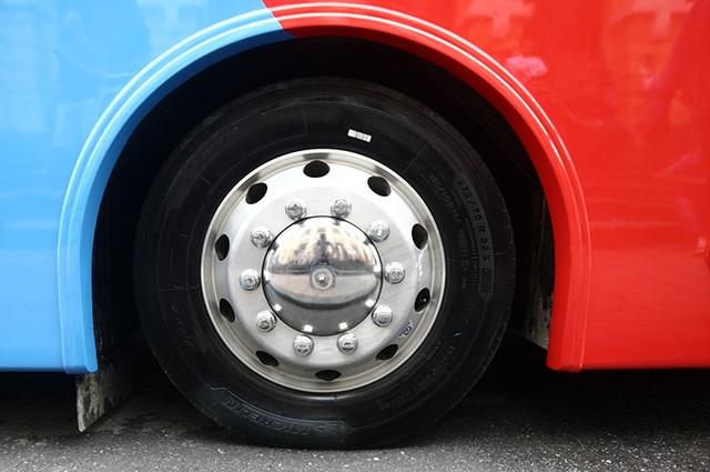 Hệ thống lốp Michelin lớn, với kích thước 275/70 R22.5 X Multi Z. Hiện tại châu Âu, chiếc lốp này có giá bán khoảng 550 Euro (tương đương 14,2 triệu/quả).