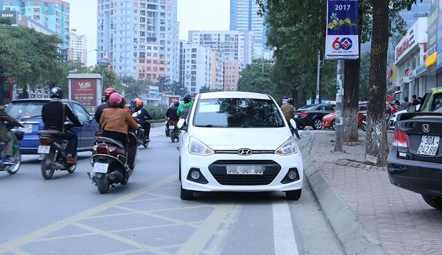 Không chỉ đỗ trái phép, chiếc ô tô này còn đỗ ở trạng thái ngược chiều. Hình ảnh ghi lại trên đường Lê Văn Lương.