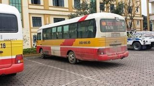 Hai xe buýt đua nhau vượt đèn đỏ như trong phim hành động - 2