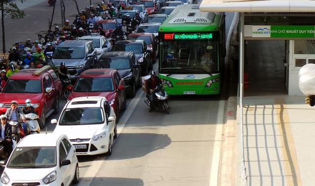 Một pha lách giữa dòng ô tô và xe buýt nhanh, tạt đầu xe buýt xe chiếc xe này bắt đầu rời nhà chờ Khuất Duy Tiến.