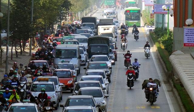 Xe máy vô tư lưu thông trên làn đường dành riêng cho xe buýt nhanh.
