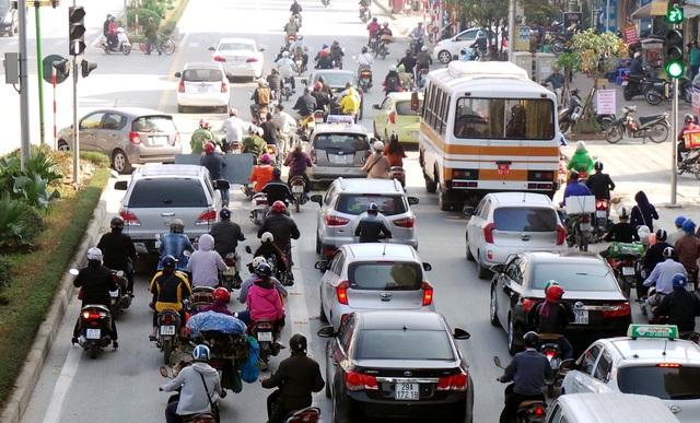 Tại các nút giao cắt, ô tô, xe máy chặn đầu xe buýt nhanh.