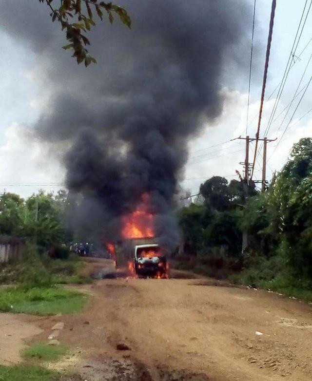 Chiếc xe chở gas cháy dữ dội (ảnh T.B)