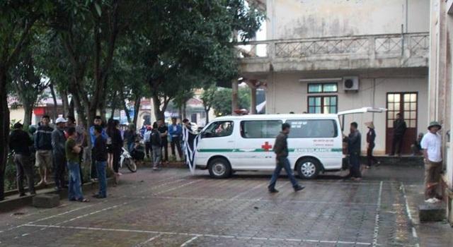 Rất đông người thân của sản phụ tập trung trước sân Bệnh viện Đa khoa huyện Nghi Xuân để yêu cầu làm rõ vụ việc
