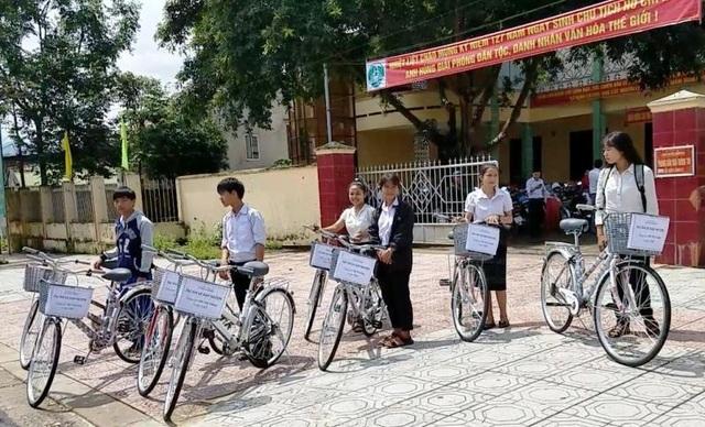 Những chiếc xe đạp đầu tiên được mua từ tiền quyên góp đã trao cho học sinh có hoàn cảnh khó khăn