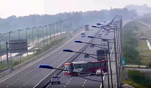 Một xe khách vi phạm khi đi ngược chiều trên cao tốc Hà Nội - Hải Phòng