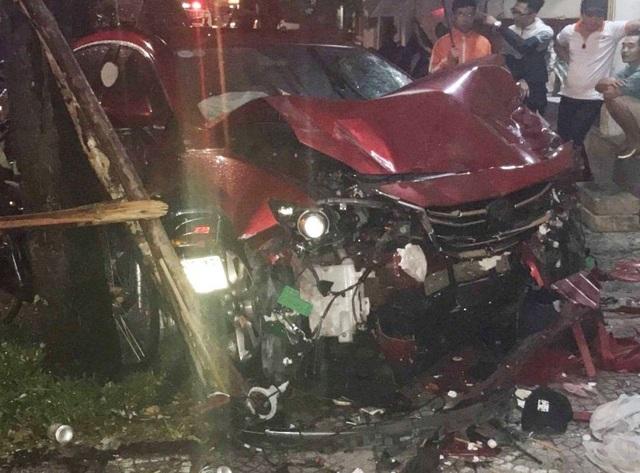 Điểm cuối cùng chiếc xe Mazda dừng lại trên vỉa hè quán nhậu Hàng Đoác - TP Huế sau khi tông 4 xe máy, ô tô, xe đạp