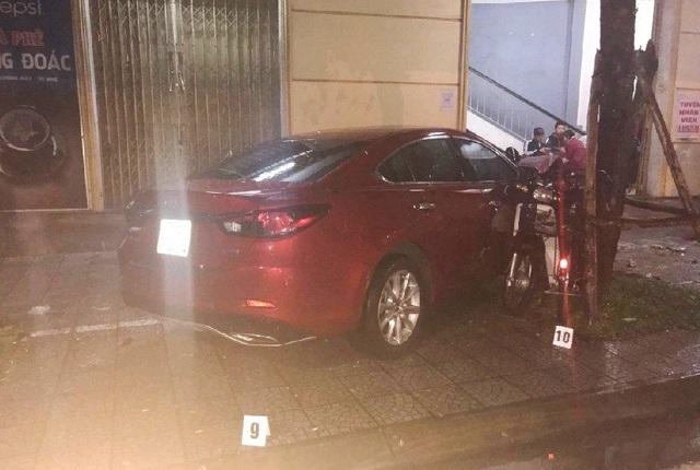 Xe Mazda gây tai nạn khi lao lên vỉa hè vào quán nhậu Hàng Đoác tông chết cựu nữ sinh viên báo chí