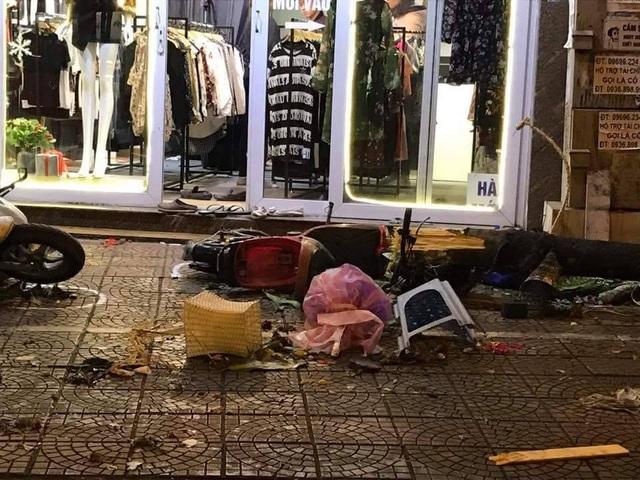 """Hà Nội: """"Xe điên"""" đâm 8 xe máy, nhiều người nhập viện - 2"""