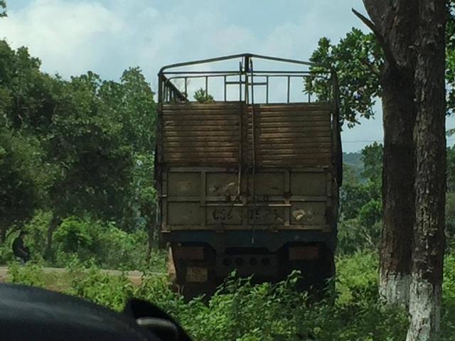 Chiếc xe chở gỗ được phát hiện nằm phía sau đồn biên phòng (ảnh: CTV)