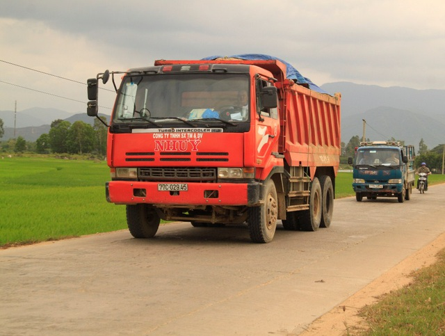 Xe chở cát có ngọn vô tư chạy trên QL 19B đoạn qua thị trấn Phú Phong (huyên Tây Sơn)