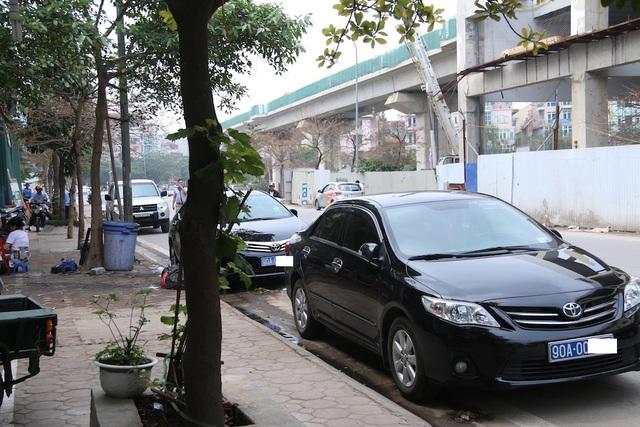 Theo nghi nhận của phóng viên trên tuyến phố Hoàng Cầu, Yên Lãng... (quận Đống Đa, Hà Nội) vẫn có hàng chục ô tô đỗ dừng dưới lòng đường. Hình ảnh này ghi lại hai chiếc ô tô mang biển xanh đỗ dưới lòng đường trước cửa một quán ăn.