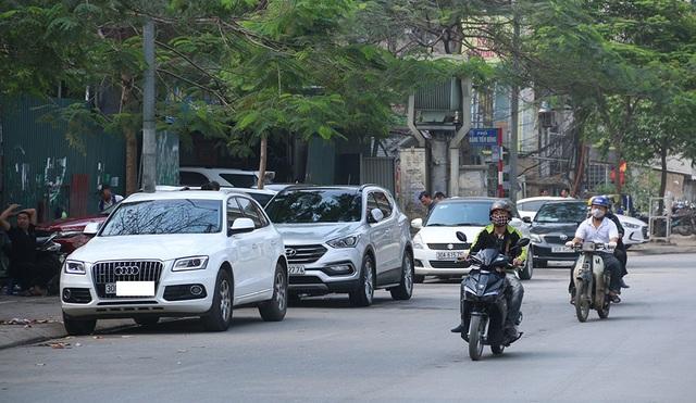 Việc vi phạm đỗ xe dưới lòng đường diễn ra một cách ngang nhiên và thường xuyên trên những tuyến phố này. Nơi vi phạm nhiều nhất là tiệm rửa xe, quán cà phê...