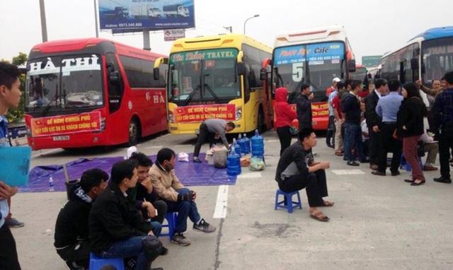 Đoàn xe dàn hàng ở trạm thu phí Pháp Vân - Hà Nội để phản đối việc điều chuyển luồng tuyến ngày 28/2 (ảnh: Phong Nguyên)