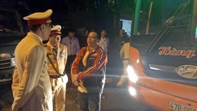 Chiếc xe khách chỉ dừng lại hành vi chạy ẩu khi bị lực lượng CSGT Công an huyện Cẩm Xuyên chặc lại xử lí vì hành vi vượt đèn đỏ.