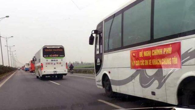 Hàng chục xe khách nối đuôi về Hà Nội phản ứng việc điều chuyển luồng tuyến - 3