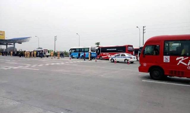 Hình ảnh những xe khách đang dừng tại trạm thu phí Pháp Vân.