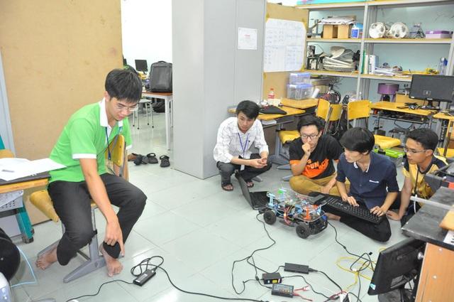 Sinh viên đại học Bách Khoa TPHCM đang thử nghiệm điều khiển xe không người lái.