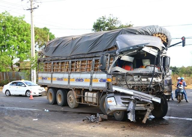 Đầu xe tải bị hư hỏng nặng sau va chạm