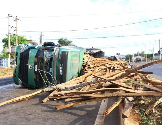 Chiếc xe tải chở gỗ lật nghiêng giữa đường