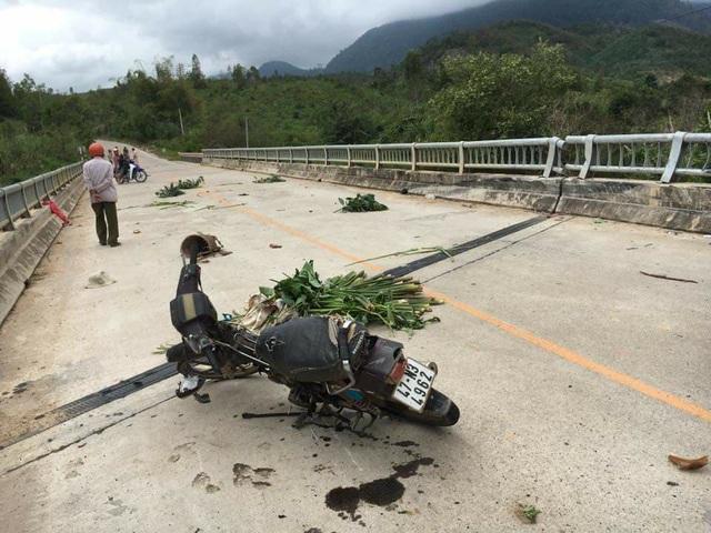 Xe máy của nạn nhân nằm giữa đường