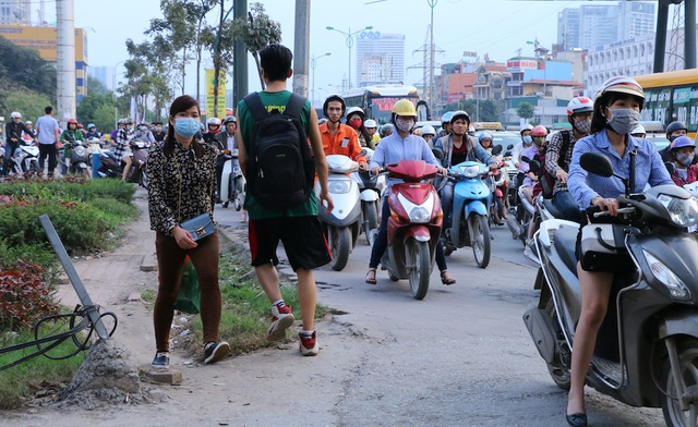 Tại tuyến phố này, vỉa hè cao hơn so với mặt đường gần 20cm, nhưng các chủ phương tiện vẫn cố lao lên.