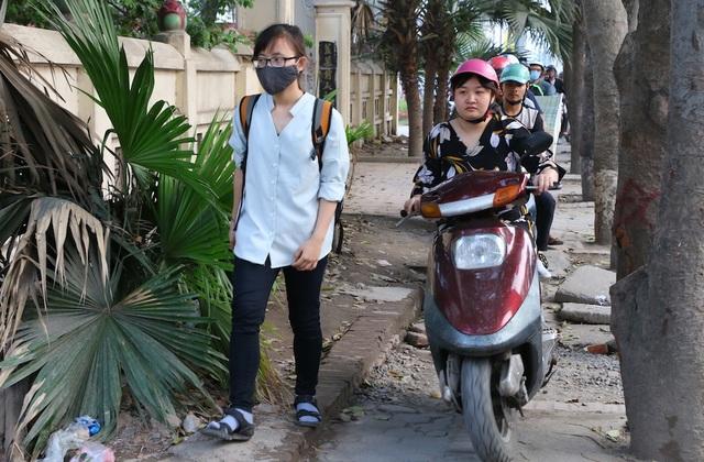 Hình ảnh ghi nhận tại đường Phạm Văn Đồng. Hàng trăm phương tiện nối đuôi nhau cày nát vỉa hè.