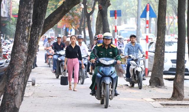 Cuộc chiến giành vỉa hè cho người đi bộ, lập lại trật tự đô thị tại Hà Nội rõ ràng còn rất nhiều gian nan. Hình ảnh trên đây có thể bắt gặp tại rất nhiều tuyến phố, vào các khung giờ cao điểm.