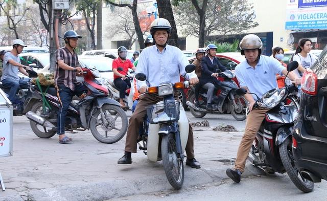 """""""Lao"""" xe lên vỉa hè để giành đường đi gần như trở thành thói quen của nhiều người mỗi khi tham gia giao thông vào giờ cao điểm."""