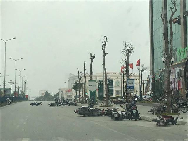 Giông lốc quật ngã hàng chục xe máy trên đường (Ảnh: Bạn đọc cung cấp).
