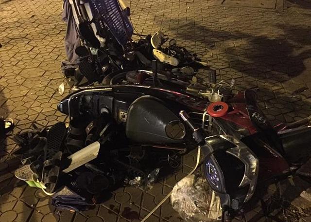 ...sau đó đâm vào chiếc xe máy của người bán giầy trên vỉa hè (Ảnh: Nguyễn Dương).
