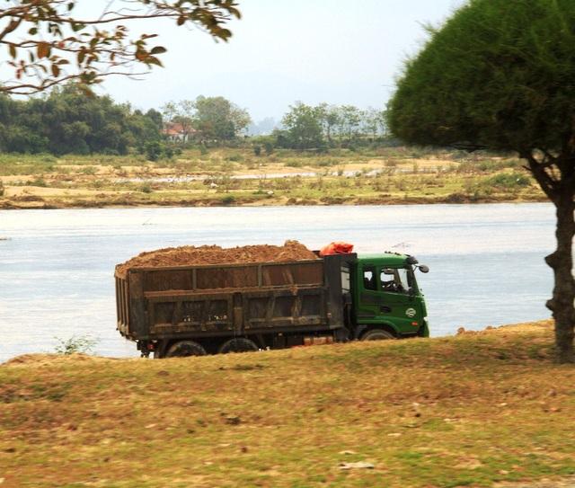 Xe chở cát cơi nói thùng, chở quá tải là một trong những nguyên nhân gây đường hư hỏng