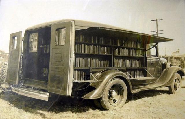 Một chuyến xe sách hồi năm 1925.