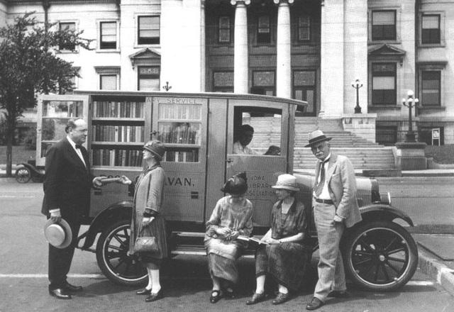 Xe sách ở bang Iowa, Mỹ hồi năm 1927.