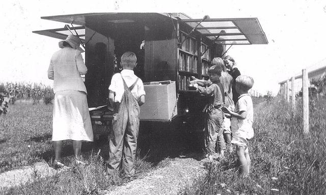Xe sách về miền quê. Ảnh chụp năm 1933.