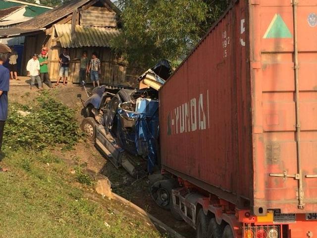Tránh nhóm học sinh, xe container lao sát vách nhà dân - 2