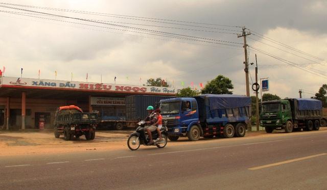 Thấy PV bám theo ghi hình, các xe tải chở cát tấp vào lề đường ngay cây xăng dầu Hiếu Ngọc ngay trên QL 19