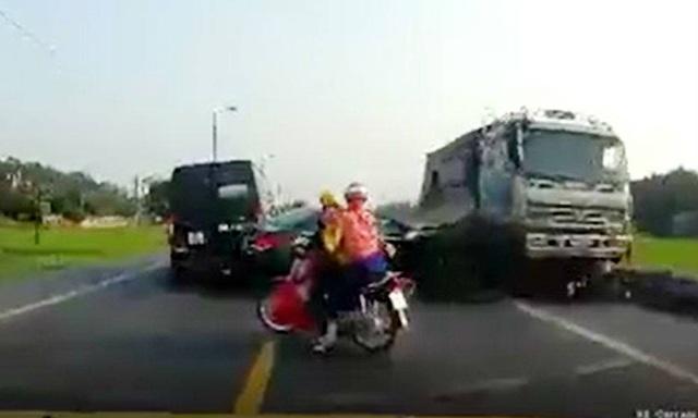 Hiện trường vụ tai nạn (Ảnh cắt từ clip).