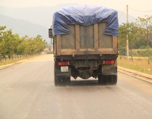 Xe tải chở cát có ngọn, nước chảy xuống đường ảnh hưởng đến đời sống người dân