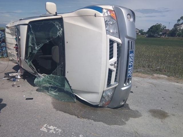 Chiếc xe của lực lượng CSGT bị lật nghiêng, hư hỏng