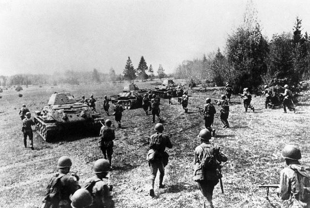 Trong giai đoạn đầu của Chiến tranh thế giới thứ hai, số lượng T-34 chỉ chiếm 4% trong tổng số xe tăng của Liên Xô, nhưng cho tới khi cuộc chiến này chuẩn bị kết thúc, ít nhất 55% số xe tăng mà Liên Xô sở hữu là T-34. Trong ảnh: Lực lượng bộ binh Liên Xô yểm trợ cho các xe tăng T-34 trong cuộc đối đầu với quân Đức năm 1941.