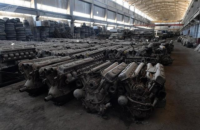 Động cơ của các xe bọc thép được lưu trữ tại kho của nhà máy sửa chữa và phục hồi ở Damascus.