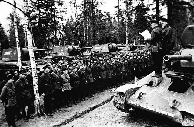 T-34 được xem là mẫu xe tăng hiệu quả nhất và có thiết kế gây ảnh hưởng lớn nhất trong Chiến tranh thế giới thứ hai với khả năng di chuyển nhanh hơn, hỏa lực mạnh hơn so với các mẫu xe tăng trước đó, trong khi vẫn đảm bảo chi phí chế tạo rẻ. Thiết kế của T-34 cho phép Hồng quân Liên Xô có thể cải tiến thường xuyên mẫu xe tăng này để đáp ứng nhu cầu tác chiến.