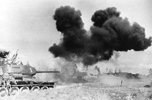T-34 được trang bị lớp giáp nghiêng dày, động cơ khá mạnh và bánh xích lớn, cho phép xe tăng này di chuyển nhanh và linh hoạt.