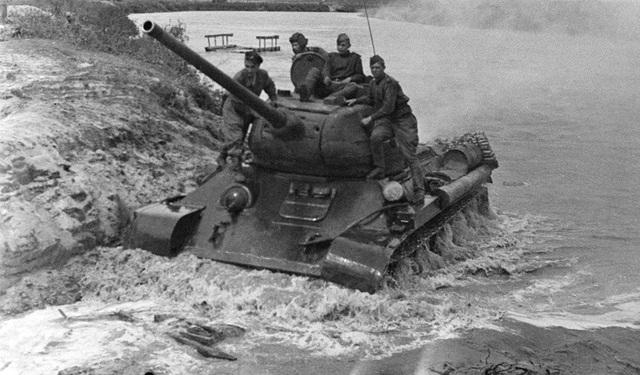 Năm 1944, Liên Xô bắt đầu sản xuất T-34-85 - phiên bản mới của xe tăng T-34. T-34-85 được trang bị pháo cỡ nòng 85 mm để đối phó với các xe tăng mới của quân đội Đức. Trong ảnh: Tăng T-34-85 vượt qua một con sông năm 1944.