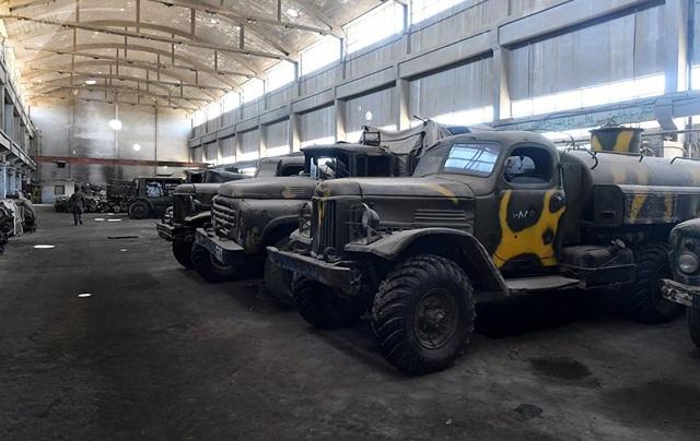 Các xe quân sự bọc thép xếp hàng tại một nhà máy sửa chữa ở Damascus.
