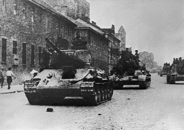 Được trang bị nhiều thiết kế ưu việt vào thời điểm ra mắt, T-34 là một trong những mẫu xe tăng góp phần đáng kể vào chiến thắng của lực lượng thiết giáp Liên Xô và đẩy lùi các kế hoạch tấn công của quân đội Đức. Trong ảnh: Xe tăng Liên Xô trên đường phố Minsk trong Chiến tranh thế giới thứ hai.