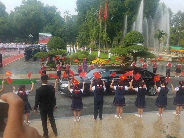 Đoàn xe đưa Chủ tịch Trung Quốc tiến vào Phủ Chủ tịch giữa 2 hàng các cháu thiếu nhi vẫy cờ đón chào.