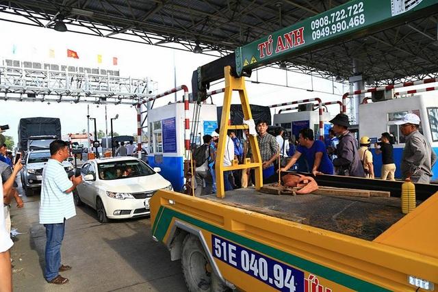 Xe cẩu của nhà xe Tú Anh, cẩu xe của anh Trịnh Hồng Phương tại BOT Cai Lậy hôm 1/12